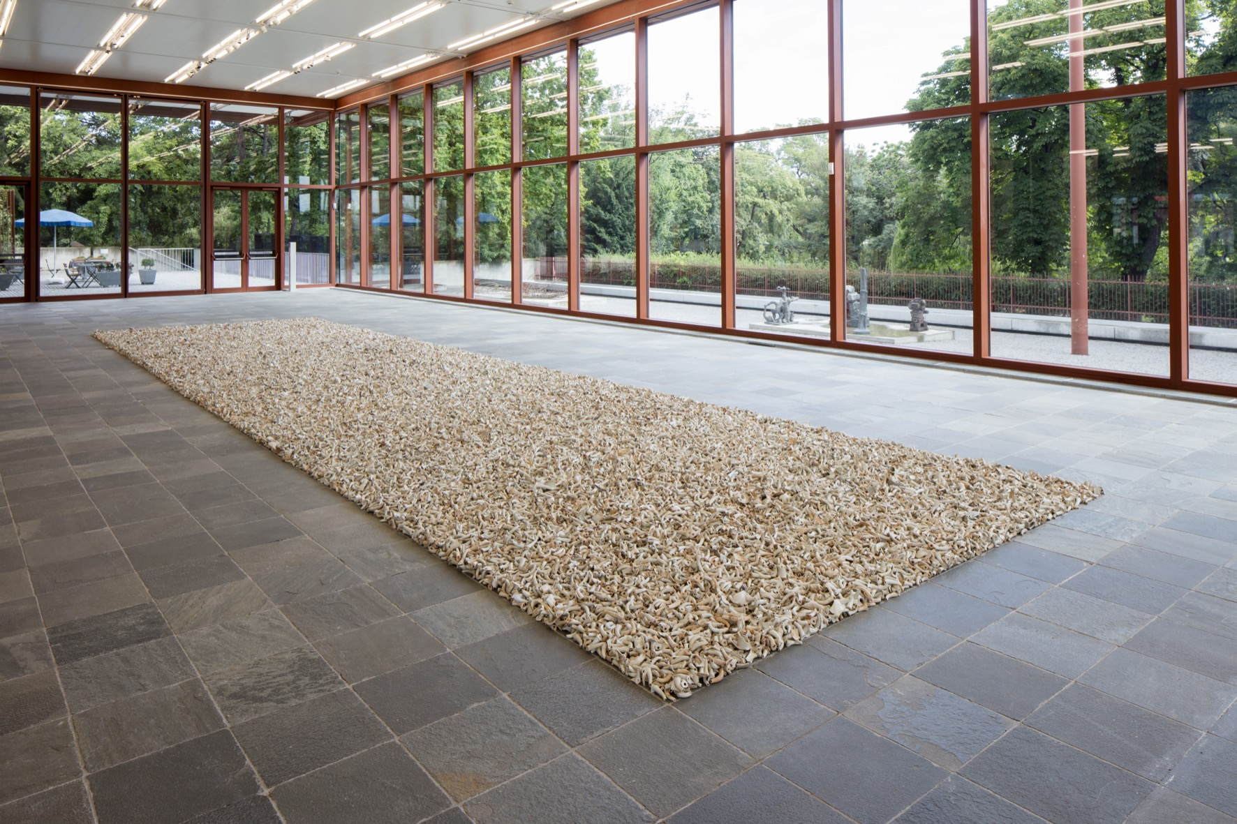 100,000 antique ceramic spouts from the Song to Qing dynasties;  Installation size: 1400 x 400 cm